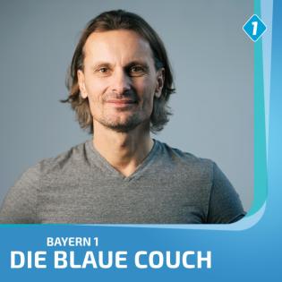 Blaue Couch mit Kampfsportler und Coach Ronny Kokert