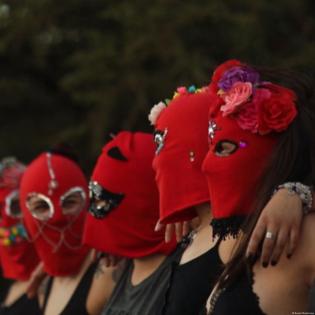 Mit der Sturmhaube gegen Sexismus - Baila Capucha Baila